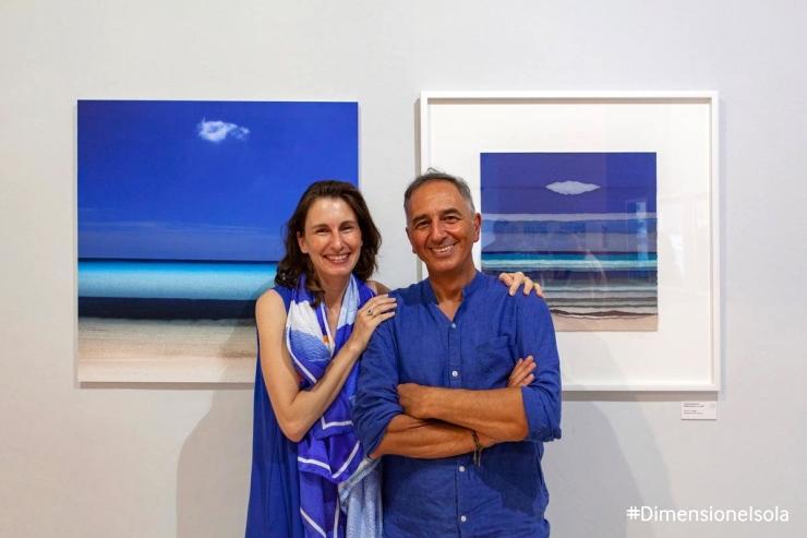 Immagine che ritrae i due artisti davanti alle loro opere